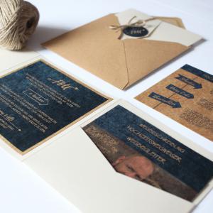 01 Hochzeit Einladung Kartenserie Blau Natur Recycling Wegweiser Pocketfold